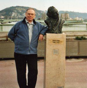 Alain and the  bust of James Cook